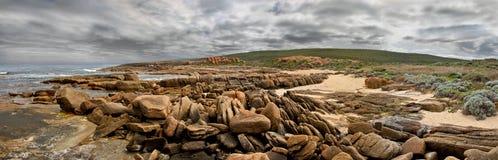 岩石海滩顶头的全景 库存图片