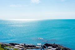岩石海运海滩 免版税库存照片