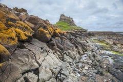 岩石海滨和老城堡 免版税库存照片