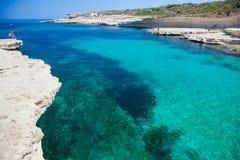 岩石海滩在冬天,马耳他 免版税库存照片