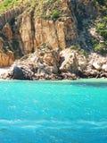 岩石清楚的海滩 免版税库存图片
