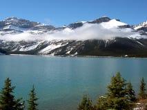 岩石湖的山 库存图片
