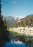岩石湖的山 免版税图库摄影