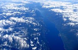 岩石湖的山 免版税库存图片