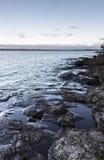 岩石湖边平地 免版税图库摄影