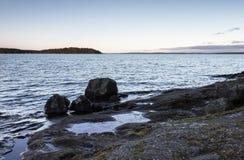岩石湖边平地 库存图片