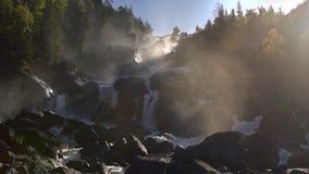 岩石瀑布的英尺长度在背后照明的 股票录像