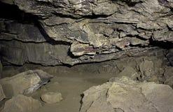 岩石熔岩管洞内部爬行空间  免版税库存图片
