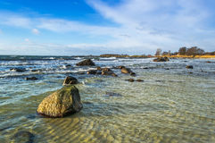岩石瑞典海岸在2月 库存照片