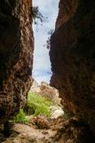 岩石用洞和清楚的绿松石水 免版税库存照片