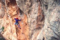 岩石的一个攀岩运动员 库存照片