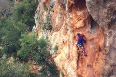 岩石的一个攀岩运动员 免版税库存图片