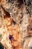 岩石的一个攀岩运动员 库存图片