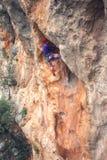 岩石的一个攀岩运动员 免版税图库摄影