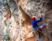 岩石的一个攀岩运动员 免版税库存照片