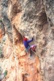 岩石的一个攀岩运动员 图库摄影