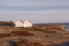 岩石的两个小木房子 库存照片