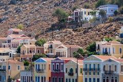 岩石的传统五颜六色的房子在锡米岛海岛Dodecane 库存图片