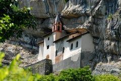 岩石的偏僻寺院在罗韦雷托(意大利) 库存照片
