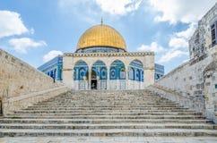 岩石的圆顶与附近的曲拱的在老城耶路撒冷,以色列 免版税图库摄影