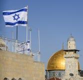 岩石的圆顶和有以色列旗子的,耶路撒冷,以色列一个清真寺 免版税图库摄影