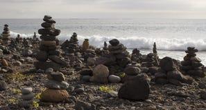 从岩石的堆在多岩石的海滩 免版税图库摄影