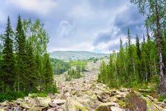 岩石的堆集作用在山的,西伯利亚 库存图片