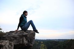 岩石的女孩 免版税库存照片