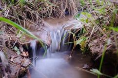 岩石的河,在山在中午 免版税库存照片