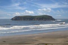 岩石的海岸海岛 免版税库存照片