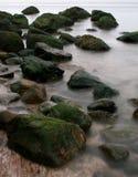 岩石的海岸 免版税库存图片