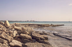岩石的海滩 免版税图库摄影