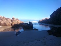 岩石的海滩 库存图片