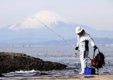 岩石的渔夫在富士山背景的太平洋 免版税图库摄影