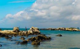 岩石的渔夫 免版税库存照片