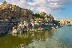 岩石的湖 免版税库存照片