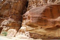 岩石的片段在1的 2km长的道路(Siq)在Petra城市,约旦 免版税库存照片