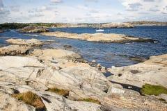 从岩石的田园诗看法在海 库存图片