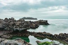 岩石的看法在sumner海滩的 免版税库存图片