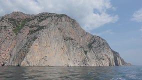 岩石的看法从海的 小船旅行 股票录像