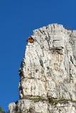 岩石的红色登山人房子 免版税库存图片