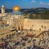 岩石的西部墙壁和圆顶在老城耶路撒冷, 免版税图库摄影