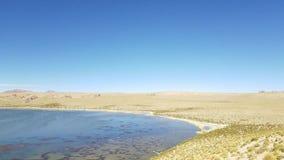 岩石的谷在玻利维亚的阿尔蒂普拉诺高原在乌尤尼盐沼盐舱内甲板附近的 股票录像