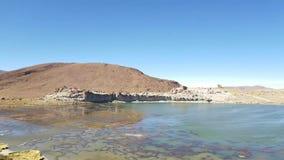 岩石的谷在玻利维亚的阿尔蒂普拉诺高原在乌尤尼盐沼盐舱内甲板附近的 影视素材