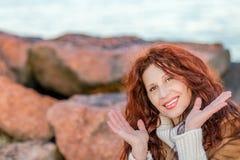 岩石的迷人的妇女 免版税库存图片