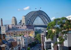 岩石的都市风景视图在可以是的乔治街道上的看见港口桥梁 库存图片
