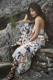 岩石的野生女孩 免版税库存图片