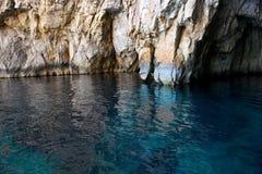 岩石的鲜绿色海和片段在蓝色洞穴、马耳他、好的蓝色洞穴视图在马耳他海岛关闭,岩石和水,蓝色洞穴中 库存照片