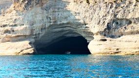 岩石的洞穴在地中海海岸 图库摄影