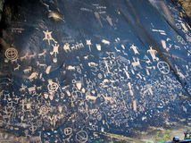 Pertoglyphs (岩石雕刻)在报纸岩石在犹他 免版税库存图片